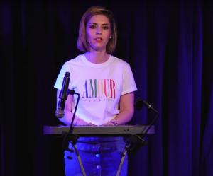 L'humoriste Laurie Peret raconte ses règles en chanson (et c'est très drôle)