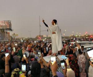 Cette étudiante vêtue de blanc devient l'icône de la révolution au Soudan