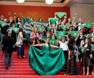 Les Argentines en vert défendent leur droit à l'avortement sur le tapis rouge de Cannes