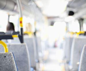 """Une Suédoise se fait refuser d'un bus à cause de sa tenue qui """"en montrerait trop"""""""