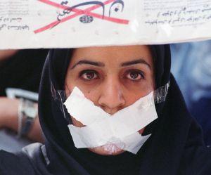 Arrêtée pour avoir assisté à un match de foot, une Iranienne s'immole en public