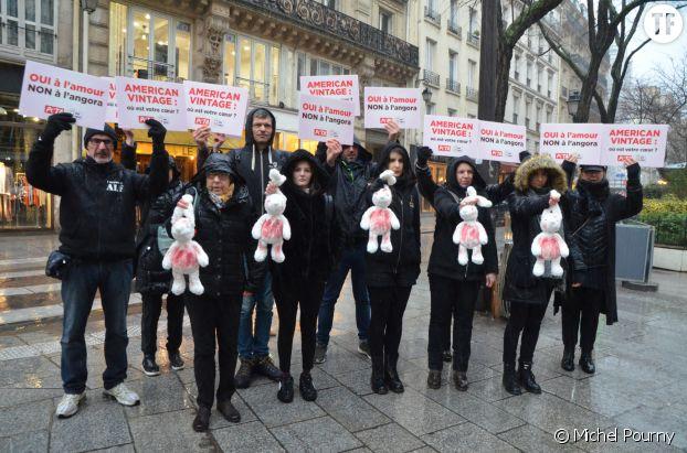 Pour la Saint-Valentin, des militants des associations PETA et One Voice devant l'une des boutiques de la marque American Vintage