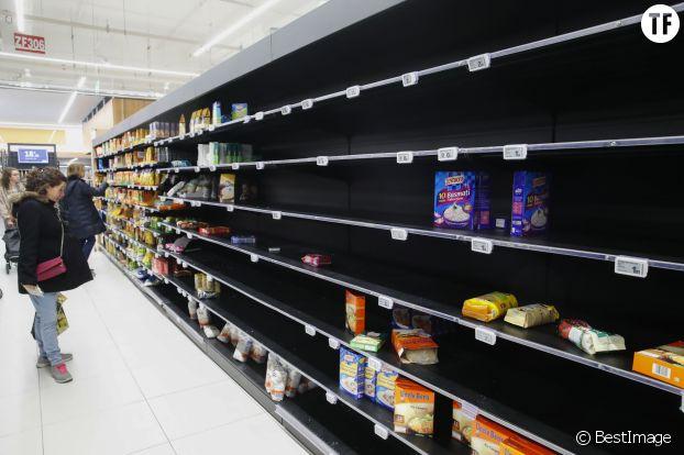 Des étagères vides dans un supermarché à la suite de rapports sur le coronavirus à Levallois le 4 mars 2020