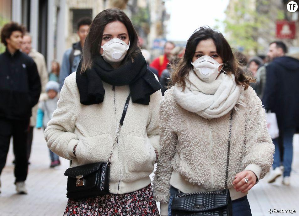 Des habitantes de Bordeaux portent des masques à Bordeaux contre le Coronavirus