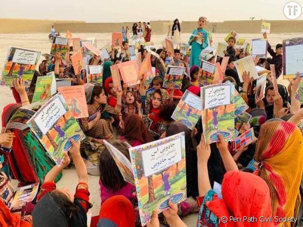 Les petites filles afghanes et des livres distribués par l'organisation Pen Path Civil Society