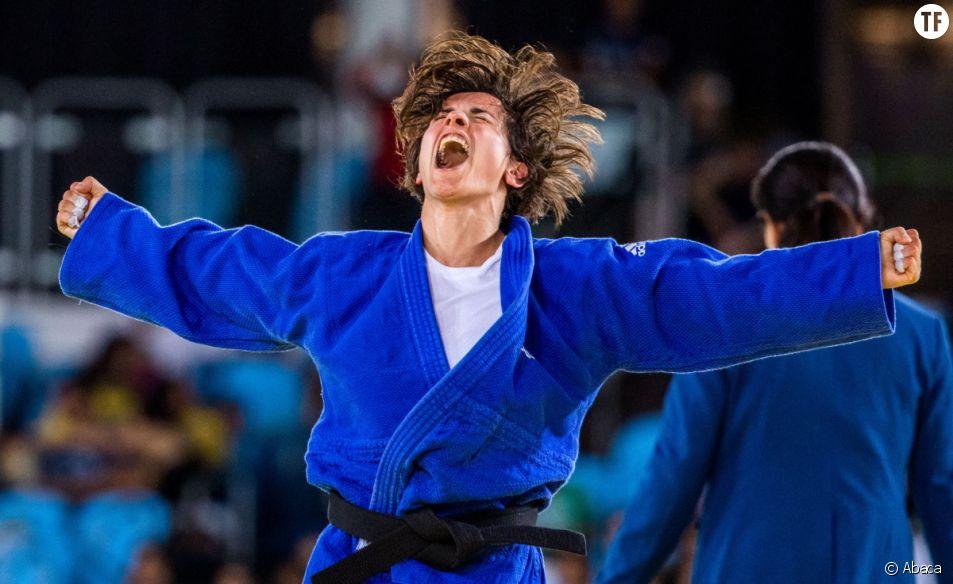 Sandrine Martinet réagit après avoir remporté la médaille d'or en finale de l'épreuve de judo lors des Jeux Paralympiques de Rio 2016.