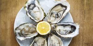 Comment ouvrir les huîtres facilement : 4 astuces sans danger