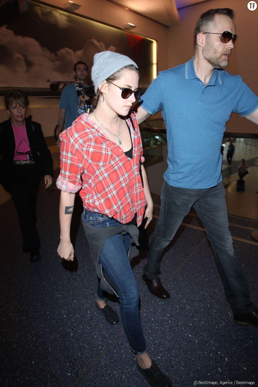 Kristen Stewart prend un avion seule à LAX.