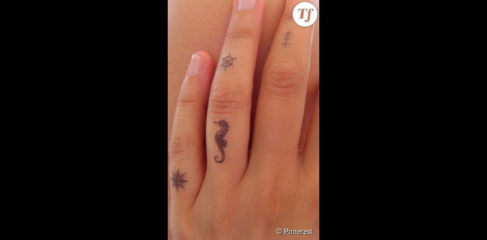 idée de tatouage sur les doigts : des motifs marins - terrafemina