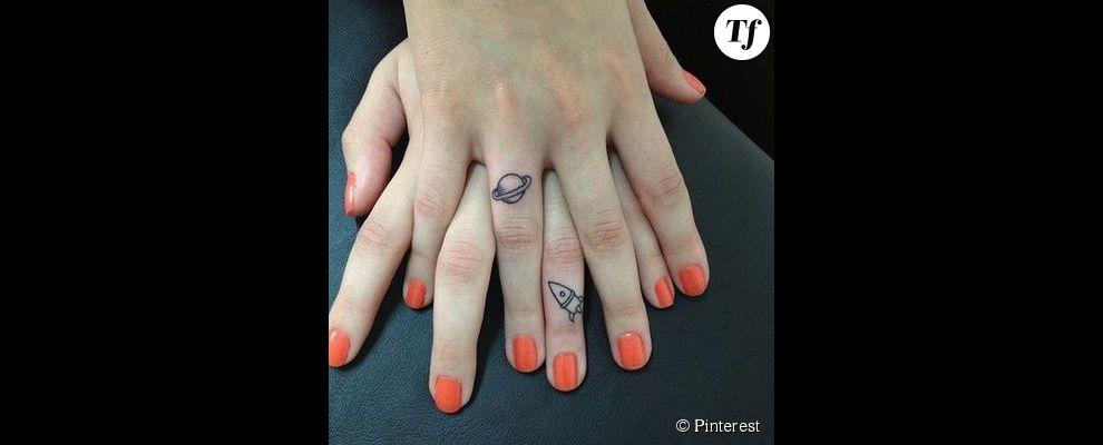 Id e de tatouage sur les doigts des motifs inspir s par l 39 espace - Tatouage sur les doigts ...