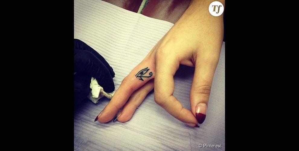Idee tatouage pour 2 au doigt tatouage - Tatouage sur les doigts ...