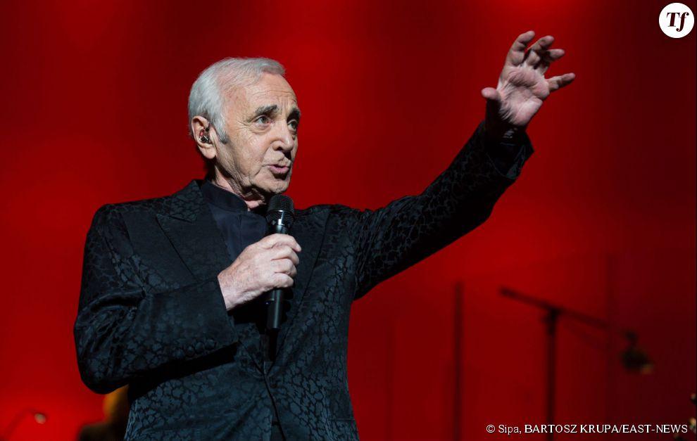 Le chanteur Charles Aznavour sur scène