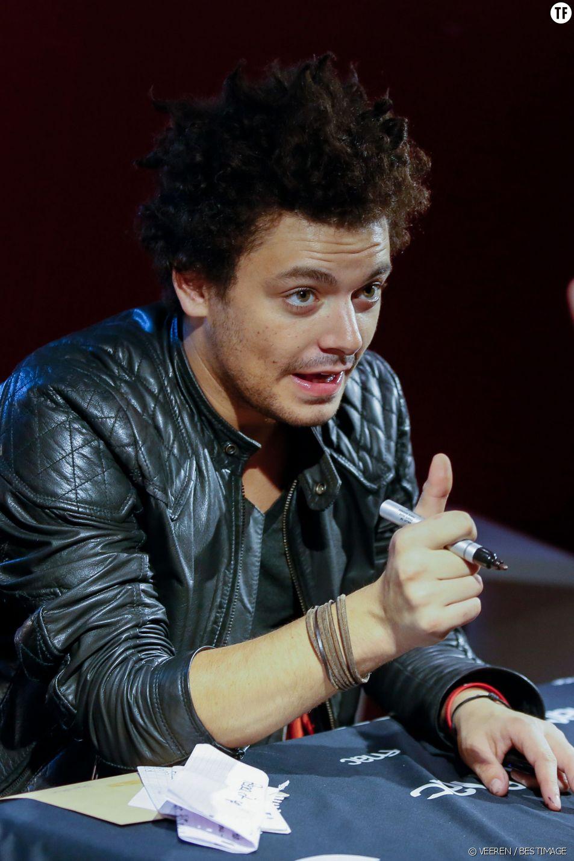 """Kev Adams en séance de dédicaces à la Fnac des Ternes pour faire la promotion de la sortie DVD de son nouveau spectacle """"Voilà Voilà"""" à Paris, le 5 novembre 2014."""