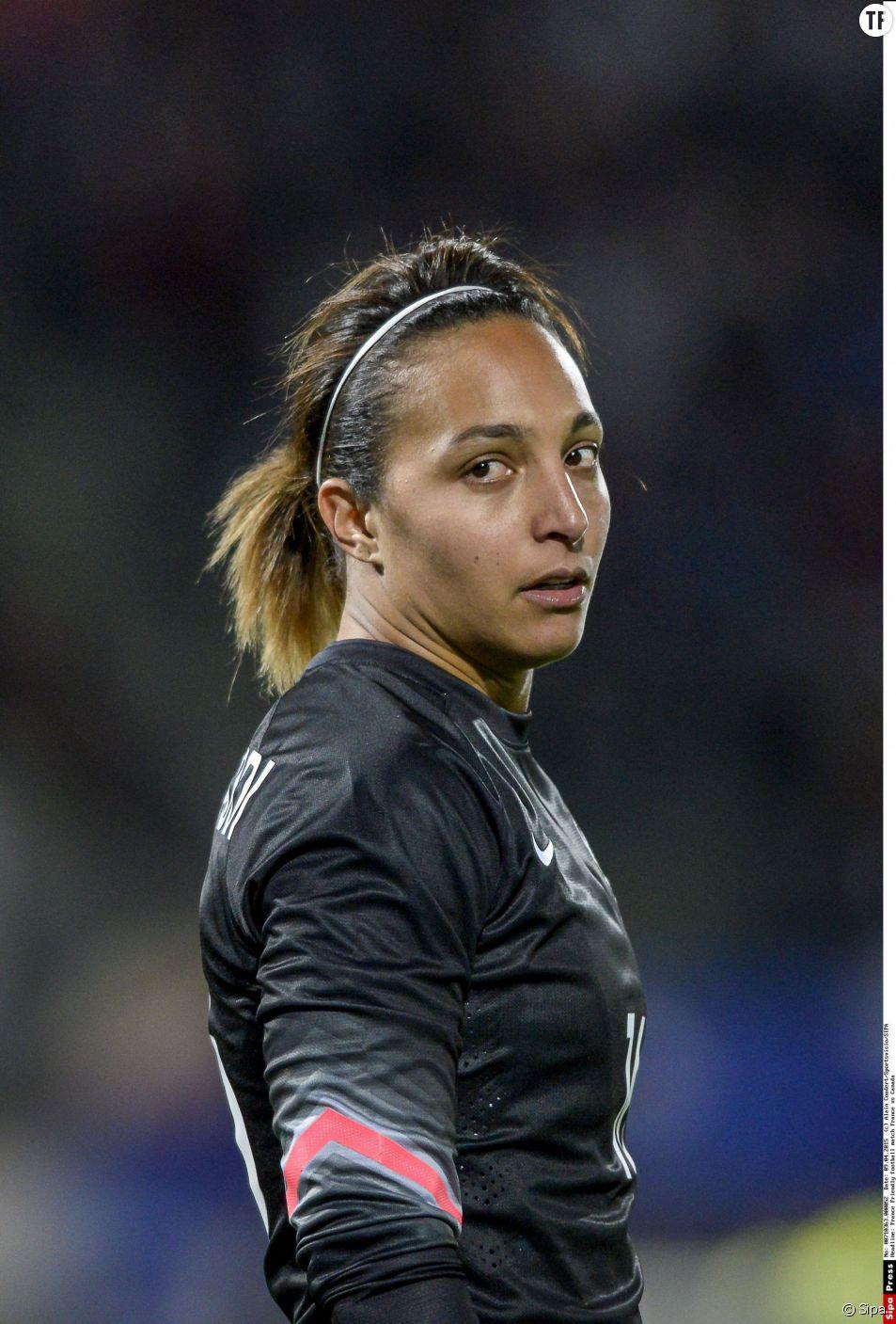 Sarah Bouhaddi : gardienne de but. A 28 ans, la native de Cannes et ses 1m75 comptent 94 sélections en équipe de France. Elle évolue dans le club de l'Olympique Lyonnais.