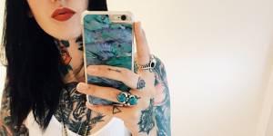 Tatouage sur les doigts : 7 choses (fondamentales) à savoir avant de se lancer