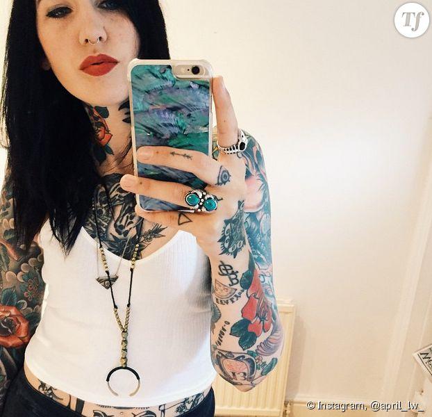 Tatouages minimalistes sur les doigts