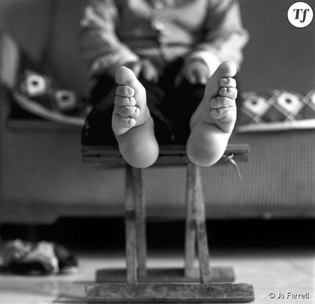 """Photo d'une femme aux pieds bandés pour le projet """"Living History"""" de la photographe Jo Farrell"""