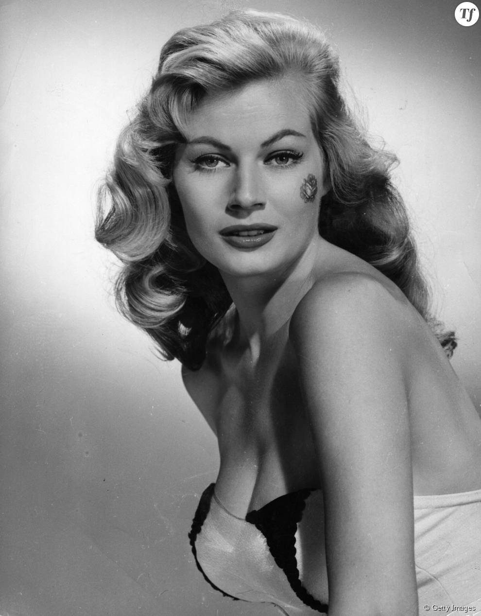 l 39 actrice su doise anita ekberg sublime avec ses boucles longues dans les ann es 50 terrafemina. Black Bedroom Furniture Sets. Home Design Ideas