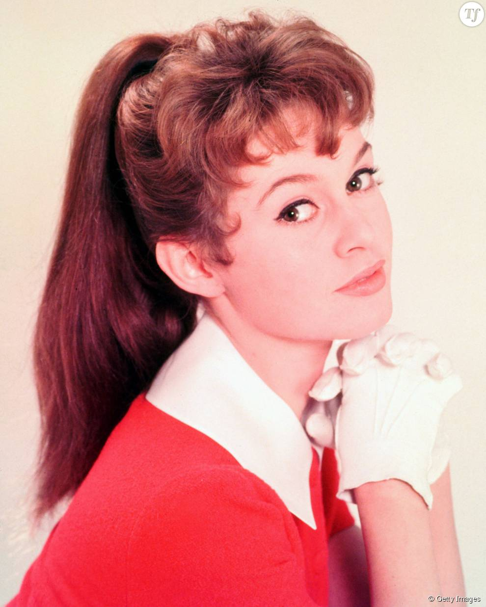 Brigitte Bardot porte ses boucles sur le dessus de la tête dans les années 50.