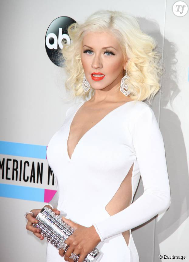 Cela fait des années que Christina Aguilera porte le blond peroxydé façon années 50.