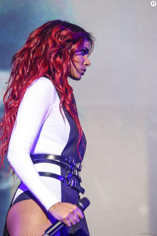 """Shy'm en concert au Zénith de Lille dans le cadre de sa tournée """"Paradoxal Tour"""", le 25 avril 2015."""