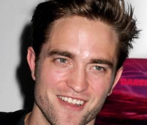 """Portrait de Robert Pattinson pour la première de """"Heaven Knows That"""" à New York le 18 mai 2015"""