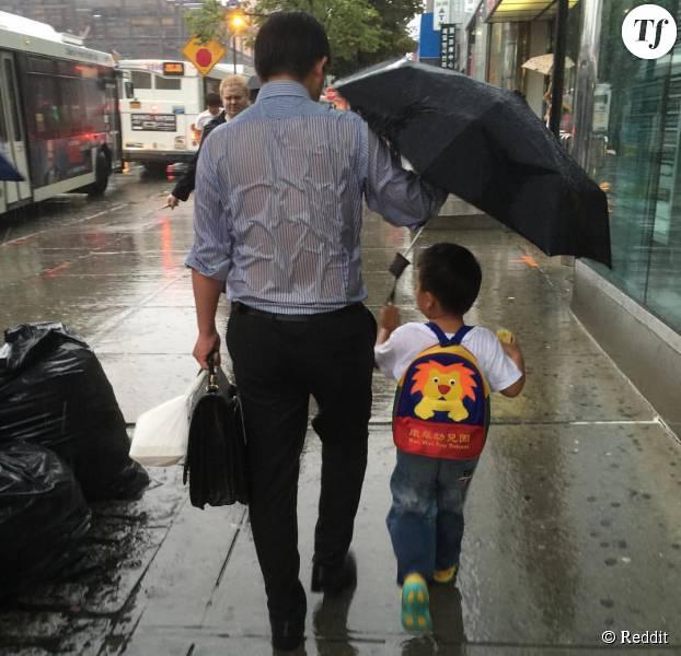 Le papa parapluie qui fait le buzz