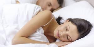 Dis-moi dans quelle position ton couple dort, je te dirai si ta relation va bien
