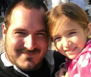 Après avoir appris à coiffer sa fille tout seul, il donne des cours à d'autres papas