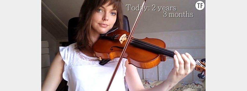 Une jeune femme apprend le violon toute seule en seulement deux ans