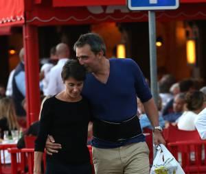 Alessandra Sublet et son mari Clément Miserez, très amoureux, en balade sur le port de Saint-Tropez, le 10 juillet 2015. Clément Miserez doit avoir des problèmes de dos il porte une ceinture de maintien lombaire.