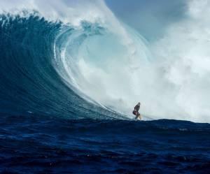 Cette jeune maman handicapée surfe une vague géante
