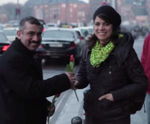 Des réfugiés offrent des fleurs aux Allemandes pour faire oublier l'horreur de Cologne