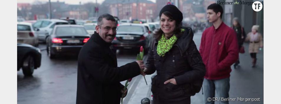 Des réfugiés offrent des fleurs aux passantes en Allemagne