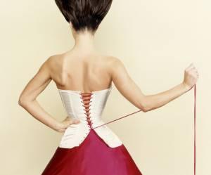Un corset promettant une taille sexy fait scandale en Angleterre