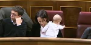 Un bébé au parlement espagnol devient le symbole de l'équilibre vie pro-vie perso