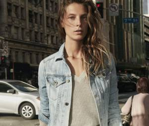 Ce top-model pose à la fois pour la collection femmes et hommes d'AG Jeans