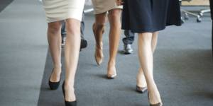 Mini-jupes et décolletés à l'index : le Kansas veut imposer un dress code aux femmes