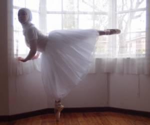Cette adolescente rêve de devenir la première ballerine voilée