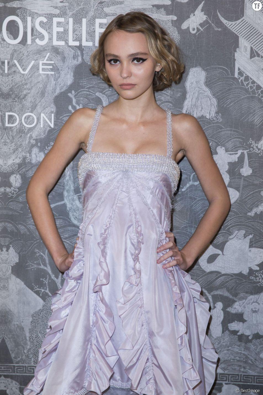 """Lily-Rose Depp - Photocall lors du vernissage de l'exposition Chanel """"Mademoiselle Privé"""" à la Galerie Saatchi à Londres, le 12 octobre 2015."""