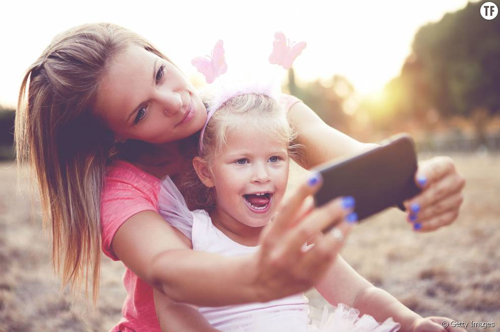 une maman se prend en photo avec sa fille
