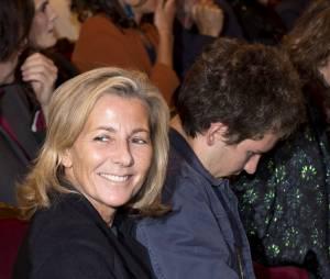 """Claire Chazal, souriante 24 heures après son départ de chez TF1, avec son fils François à la générale de la pièce de théâtre """"Le Mensonge"""" au théâtre Edouard VII à Paris, le 14 septembre 2015."""