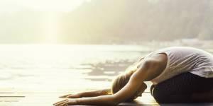 5 poses de yoga faciles pour soulager les douleurs aux cervicales