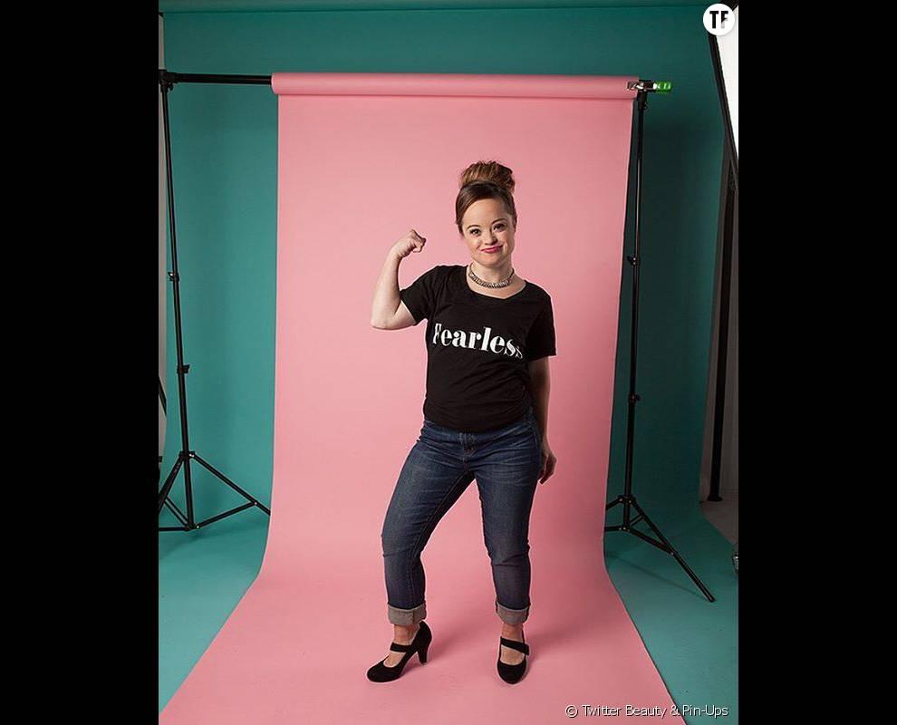 Katie Meade, posant fièrement pour la marque de cosmétiques Beauty & Pin-Ups