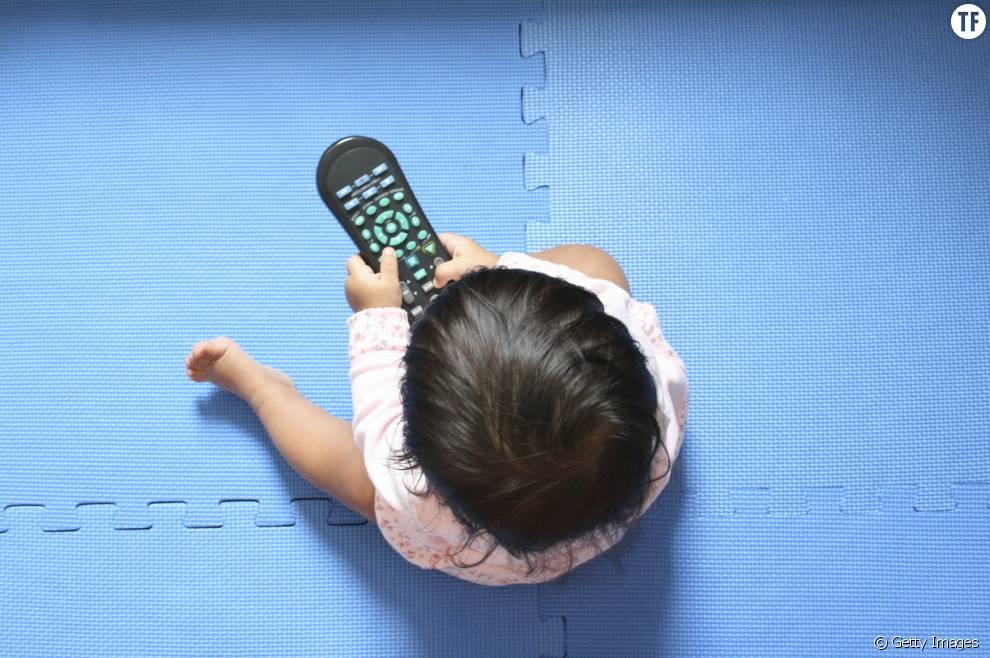 Une télécommande, le jouet préféré de bébé