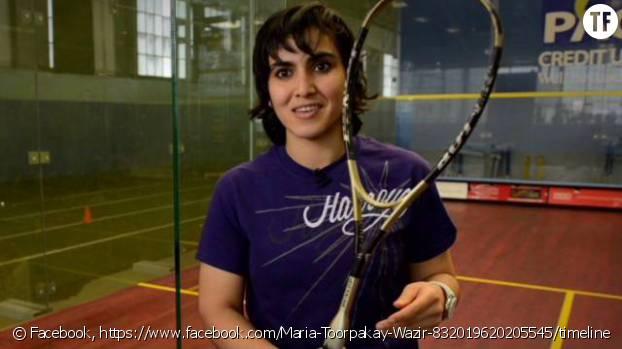 Maria Toorpakai Wazir en tenue de joueuse avec sa raquette de squash