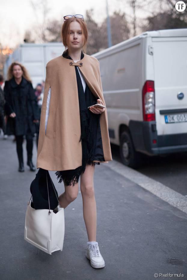 Look tendance avec robe et baskets