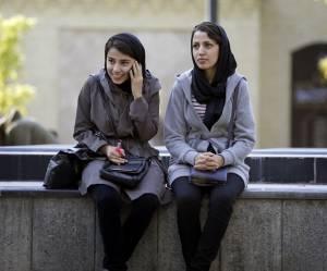 """En Iran, les femmes """"mal voilées"""" sont surveillées par 7 000 indics"""