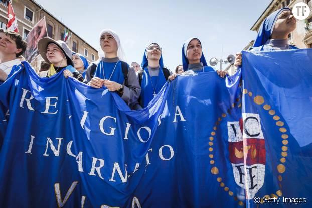 """Des nonnes à une """"Marche pour la vie"""" contre l'avortement dans les rues de Rome"""