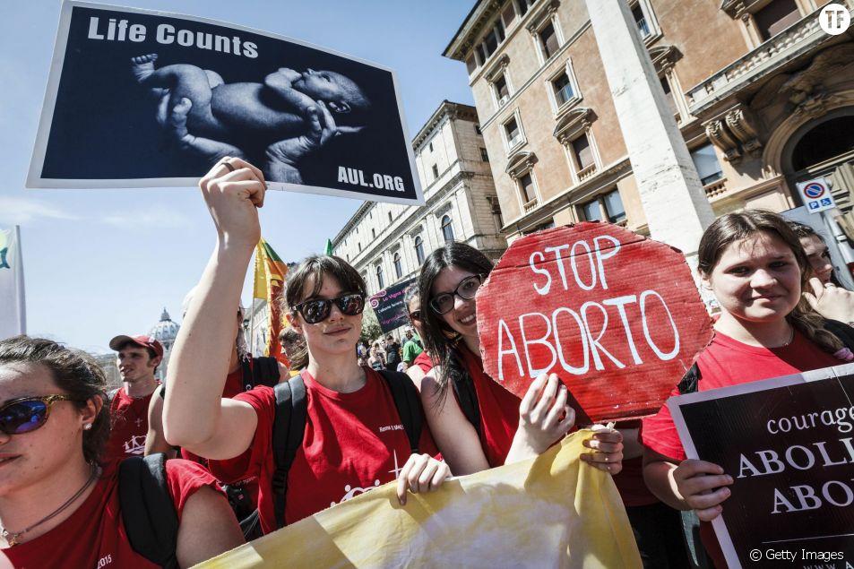 """Activistes anti-avortement lors de la """"Marche pour la vie"""" à Rome, en Italie, en mai 2010"""